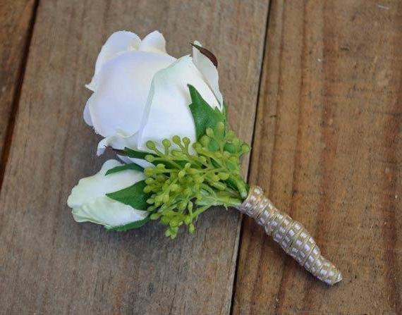 бутоньерка для жениха из атласных лент