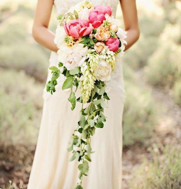 Каскадный букет — интересное решение для высоких невест. Фото с сайта beautiful-wedding.ru