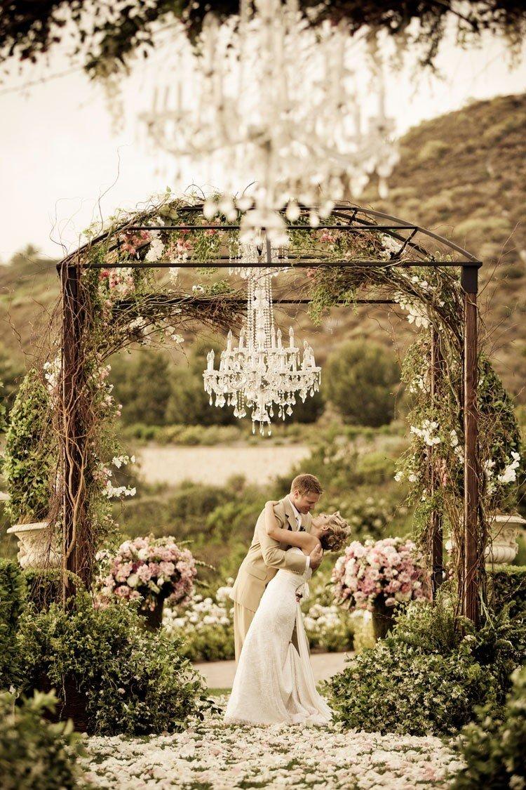 Люстры в свадебном декоре