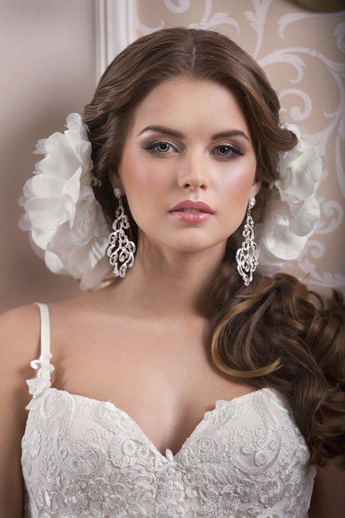 Украшение волос на свадьбу – нежные цветы