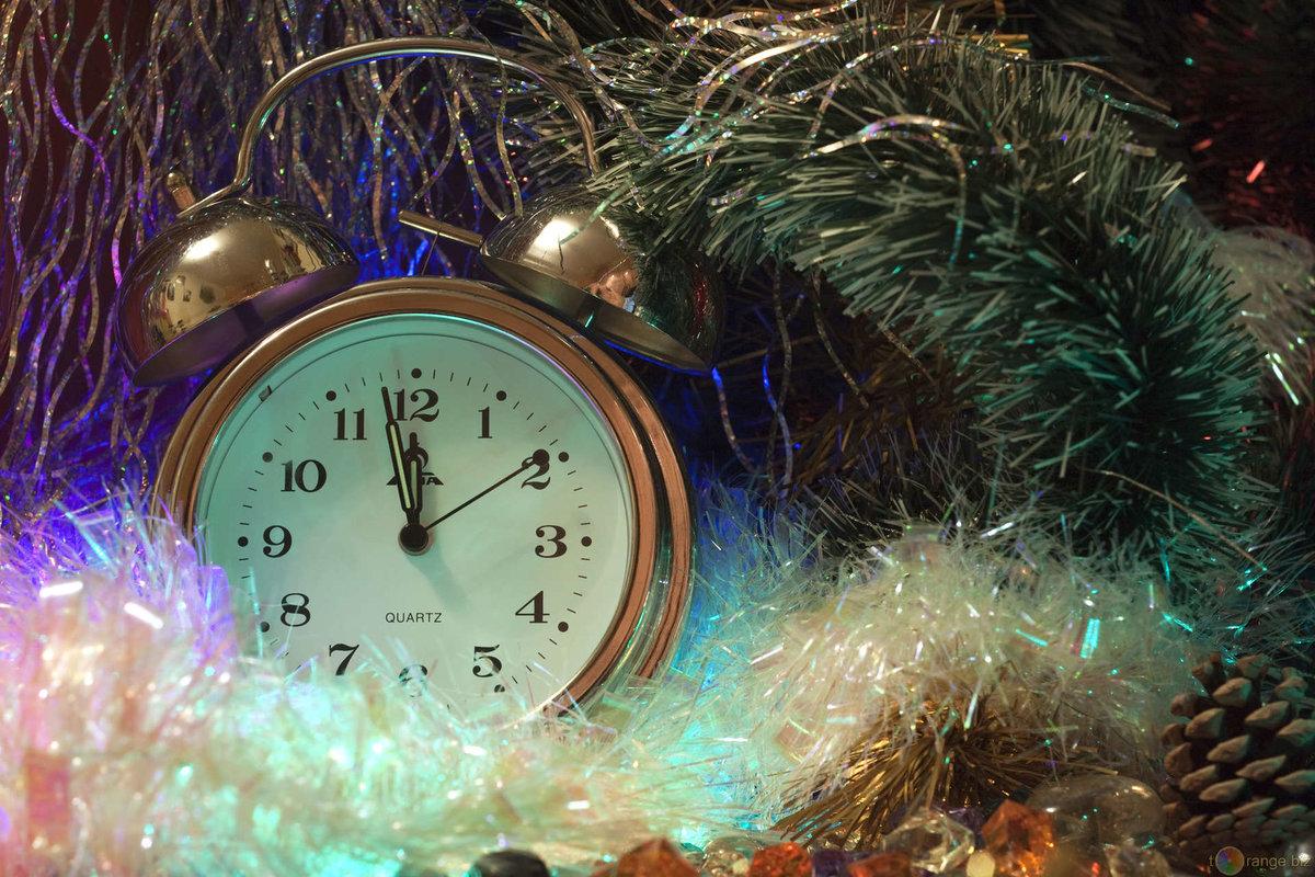 Вот эти новогодние часы нарисовать совсем несложно.