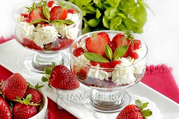 Десерт с клубникой и мятой