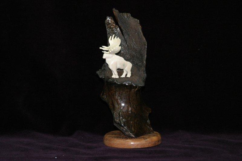 Широколобый лось. Миниатюра выполена из бивня мамонта