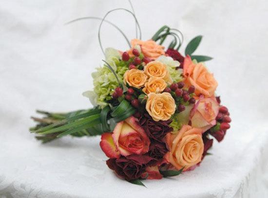 Букет невесты из роз отличается огромным разнообразием сортов, форм и расцветок, так что вам остается только купить цветы и удачно их скомбинировать. Но обо всем по порядку, давайте сначала выясним, что же означает цветок, какую силу ему приписывают.