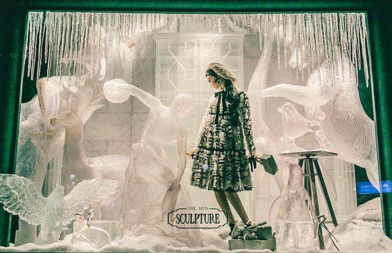 Bergdorf Goodman  Эти ребята потратили целых 11 месяцев на оформление своих витрин и подошли к делу достаточно нестандартно. Основная тема всей композиции — «вдохновение». Каждое отдельное окно, оформленное собственным набором материалов, воплощает один из видов искусства.