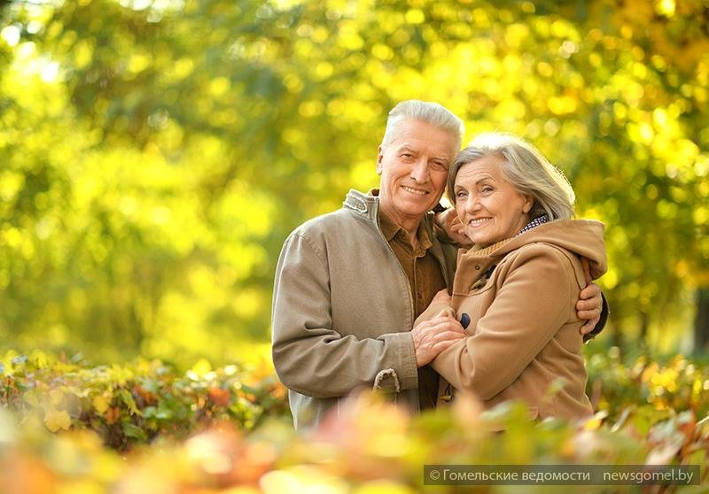 гиф картинки пожилая пара идет с цветами может