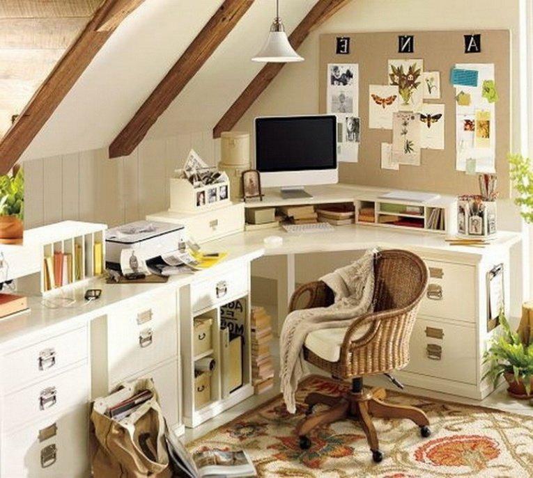 Рабочий стол для маленького  домашнего кабинета с надстройкой для монитора