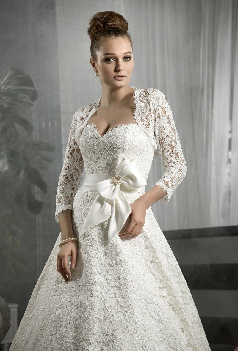 Пышное кружевное платье с длинным рукавом