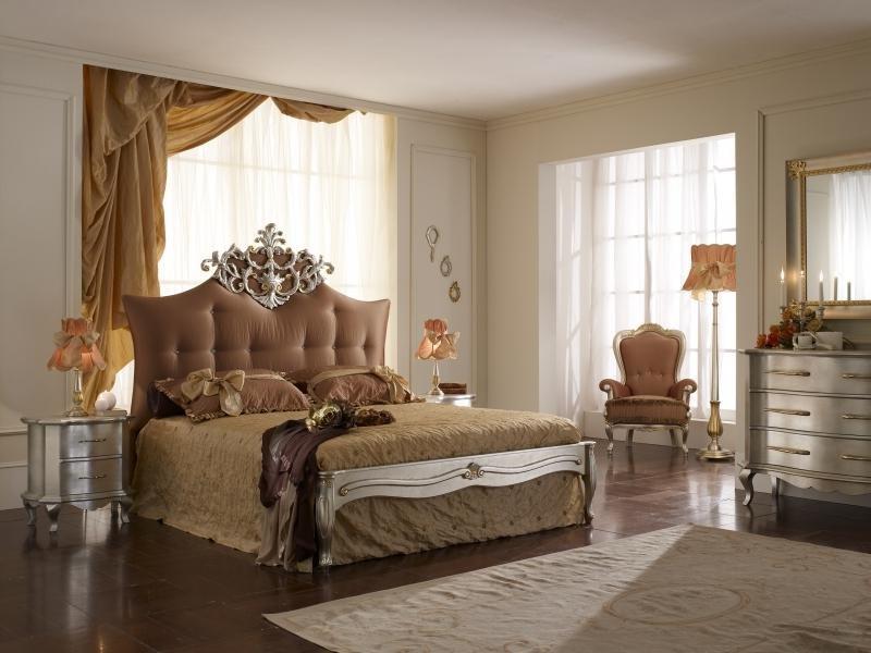 Большая кровать с мягким изголовьем