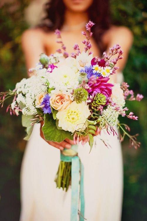 растрепаный букет из полевых цветов