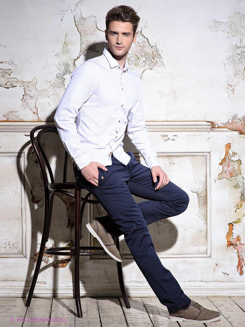 Белая рубашка, темно-синие брюки и кеды - стиль кэжуал