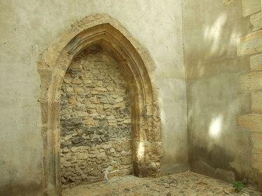каменная арка замка