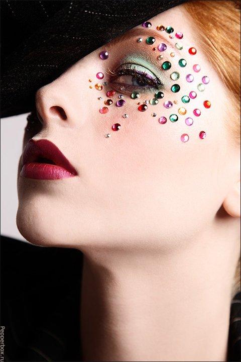 Очень модный макияж, выполненный с применением блесток и накладных отдельных ресниц. Такой макияж можно выполнить, например, на Новый год, когда хочется придать своему облику особенный блеск. В цело