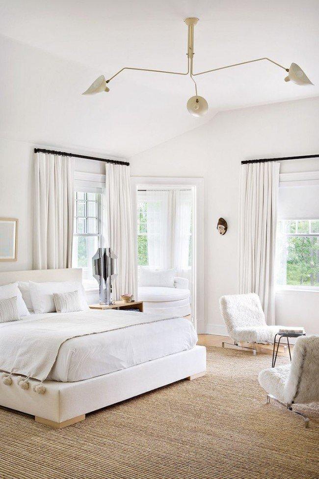 Кремовые и бежевые элементы интерьера придают белой комнате ноту тепла