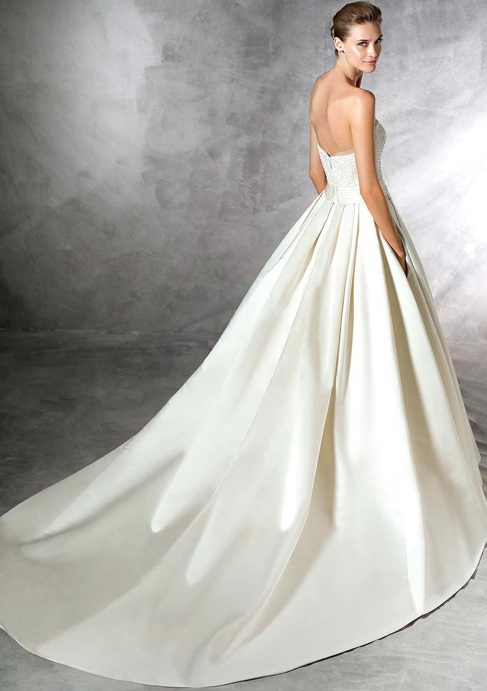67d379578b1 Свадебное платье а-силуэт Pronovias Dalamo со шлейфом» — карточка ...