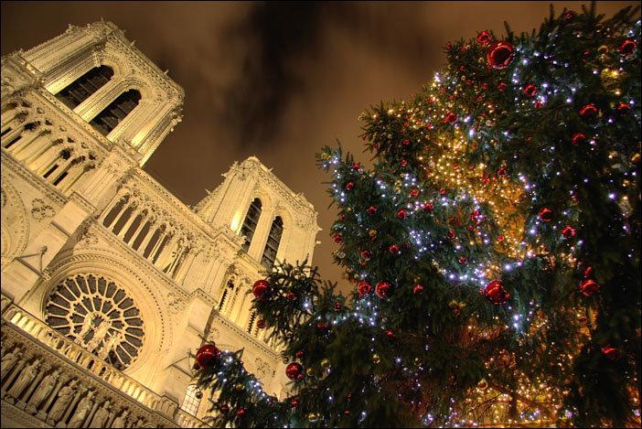 Площадь рядом с собором Сакре-Кер на Монмартре - популярное местом встречи Нового Года в Париже.