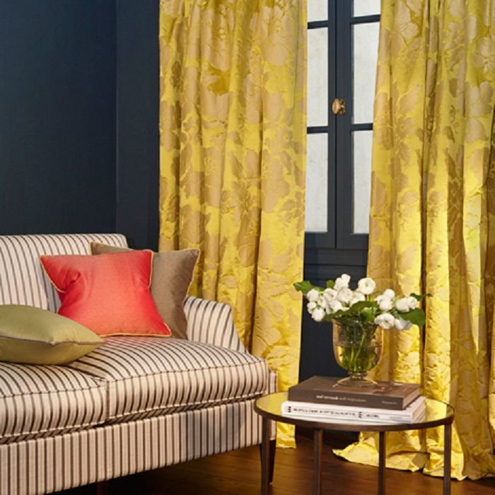 желтые шторы в гостиную фото удобно