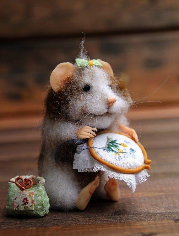 Мышка рукодельница