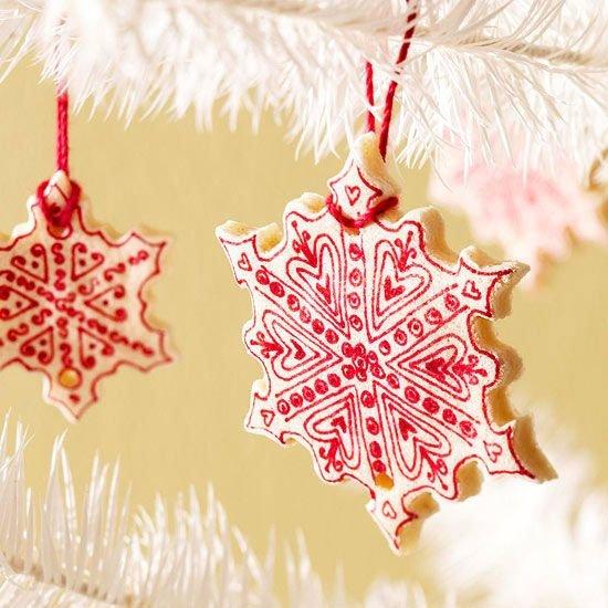 Поделки из соленого теста на Новый год в виде красной снежинки
