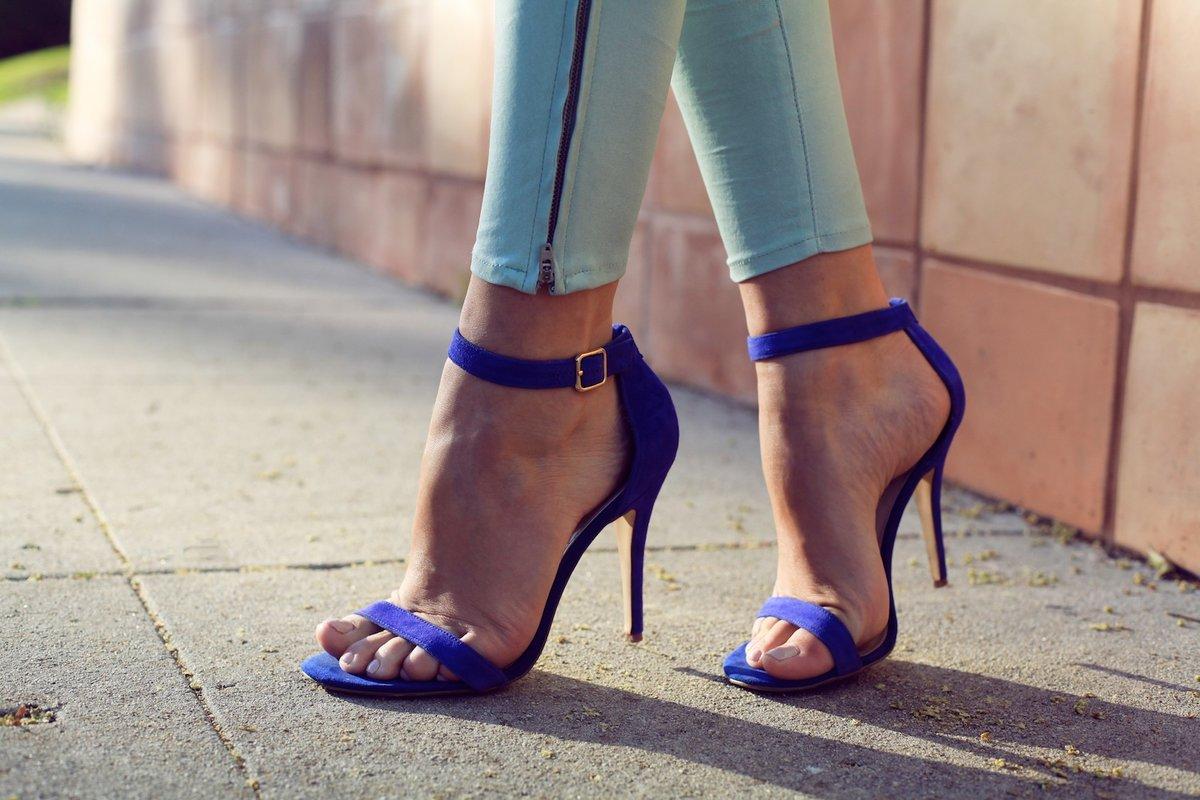 ножки в открытых туфельках