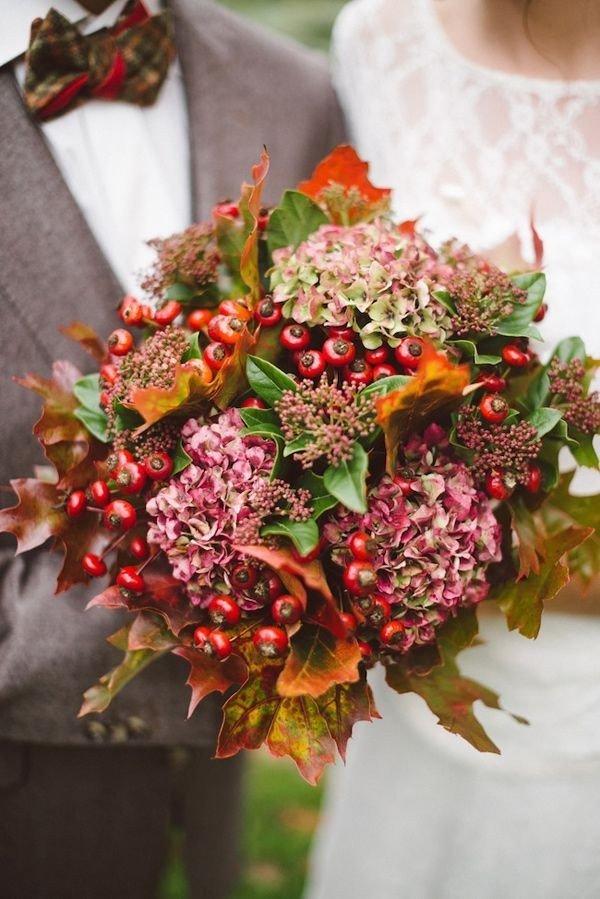 Лепестки, букет невесты с осенними листьями