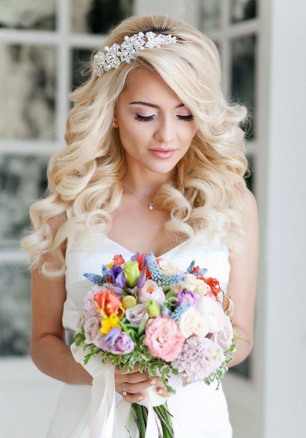 Свадебная  прическа с украшениями.