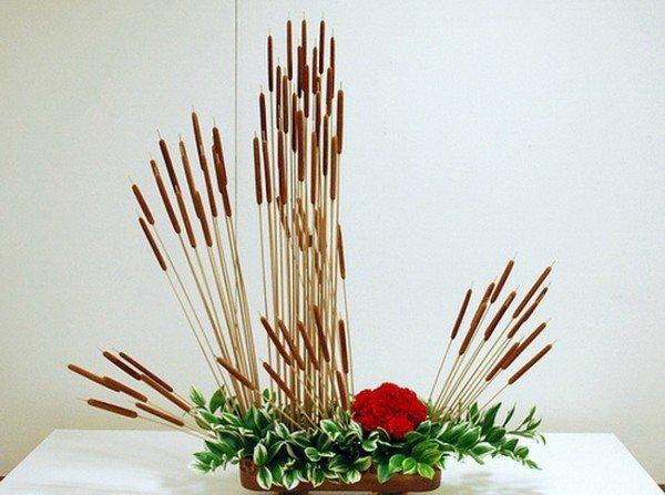 Икебана - японское искусство аранжировки, является отличным украшением для интерьера вашего дома. Экибана своими руками, созданная из цветов и других простых вещей, будет отлично смотреться в вашем интерьере. Она удивит и обрадует ваших гостей.