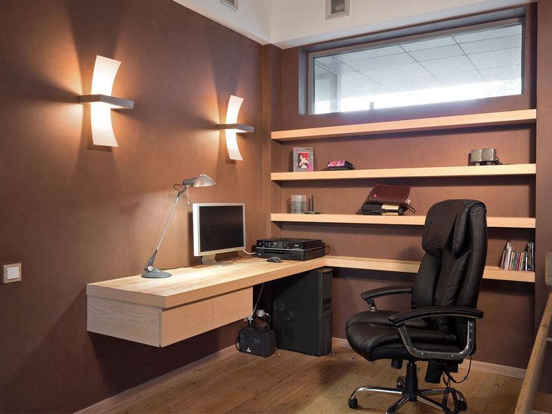 Домашняя рабочая зона - коричневые стены, пол чуть светлее, черное кресло.
