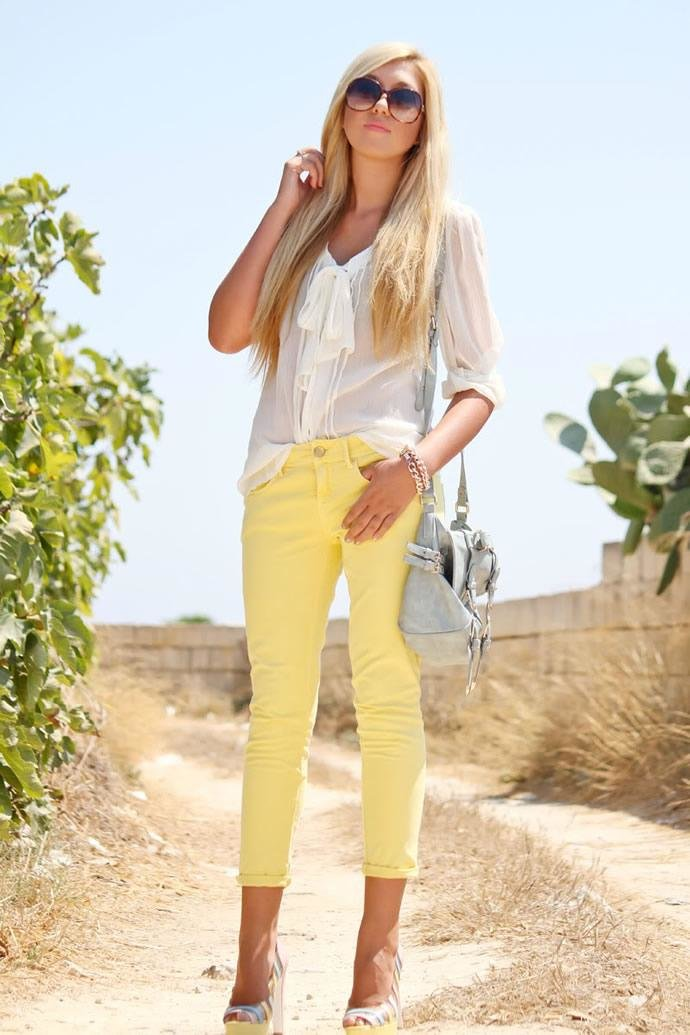 фото девушка в белых штанах и желтом топике урок биологии
