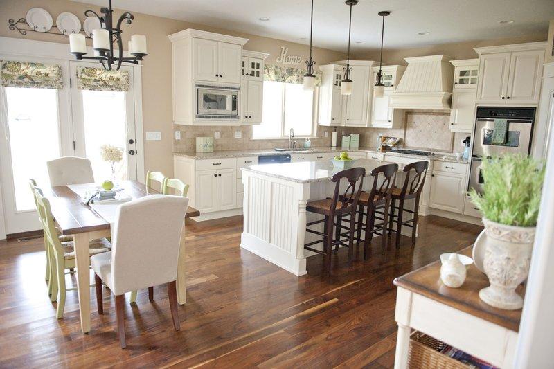 Совмещенная кухня и столовая должны быть наполнены только самым необходимым. Для кухни лучше всего выбирать встроенную мебель и бытовые приборы. Таким образом, можно сэкономить пространство. Так, в поверхность можно встроить посудомоечную машину и духовой шкаф. Ряд ведущих производителей бытовой техники выпускают кухонные комбайны, которые монтируются прямо в рабочую поверхность и, таким образом, высвобождают место для других предметов.