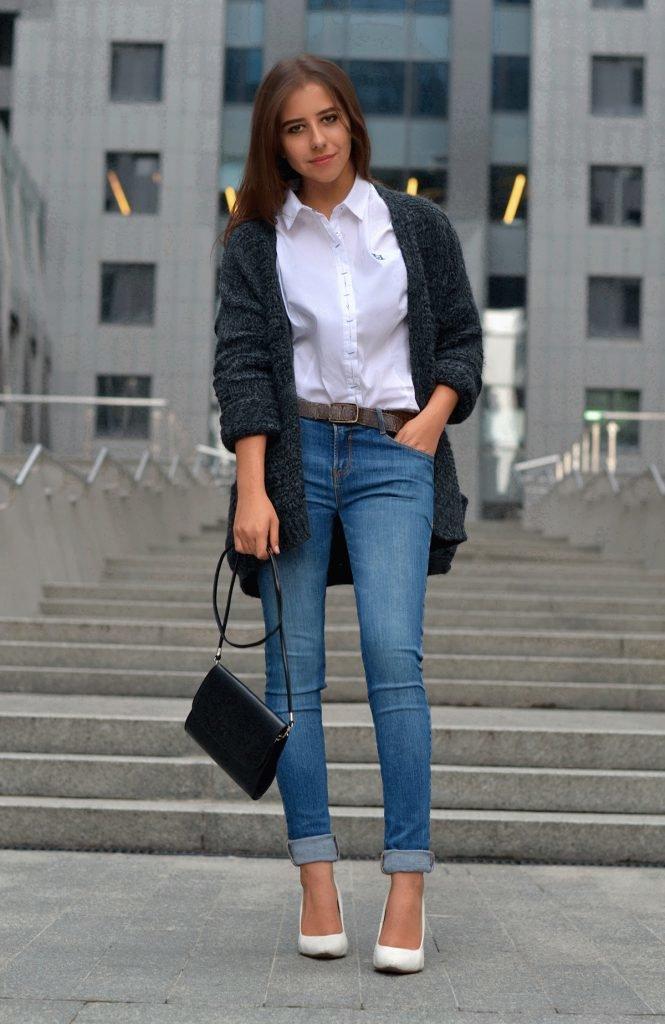 Лук с белой рубашкой и джинсами