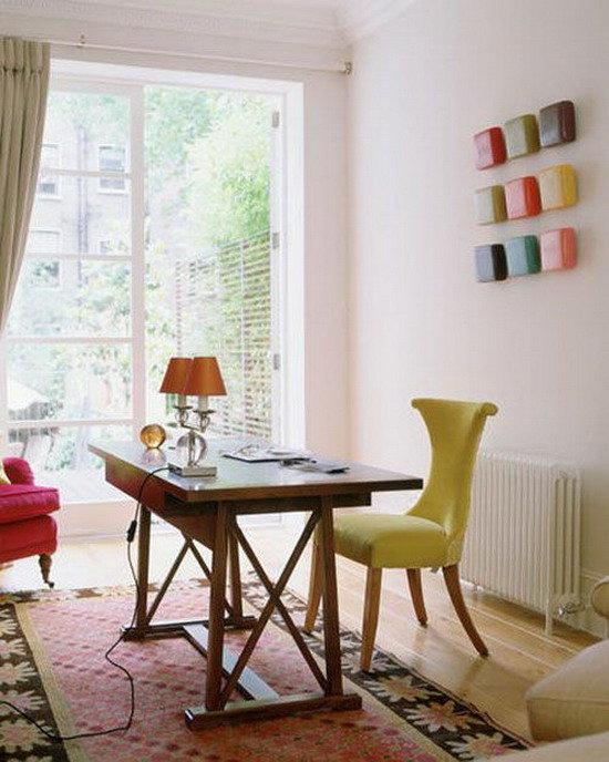 маленький яркий домашний кабинет