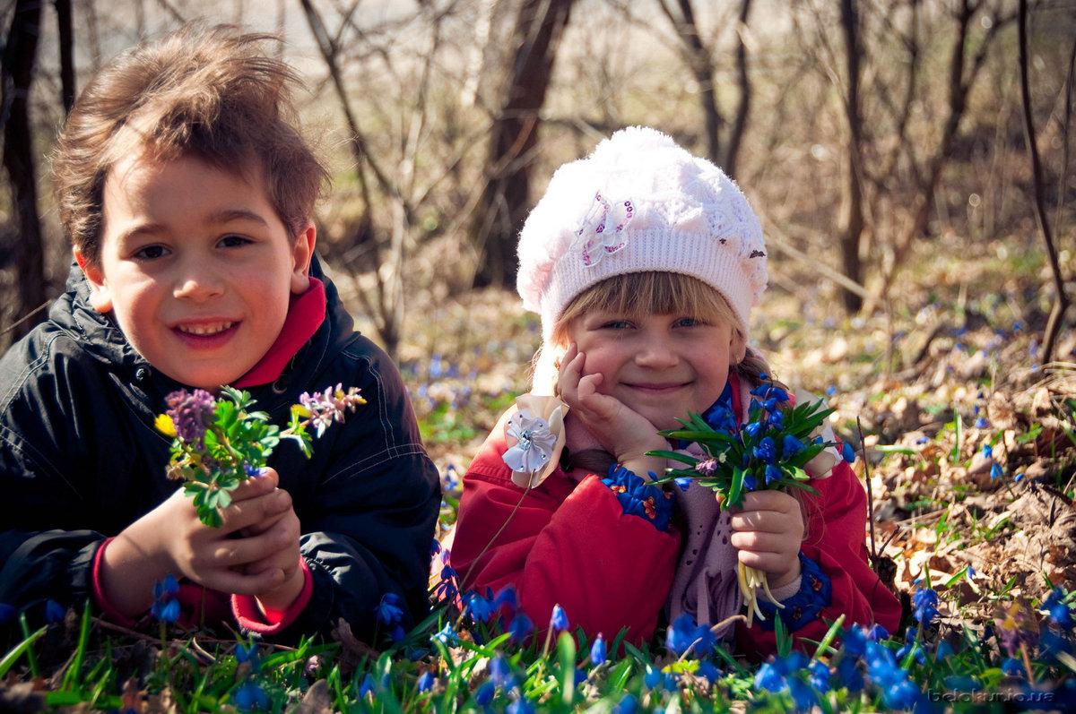 Дети с нетерпением ожидают появления теплого солнышка, расцветших подснежников в многочисленных снежных проталинах.