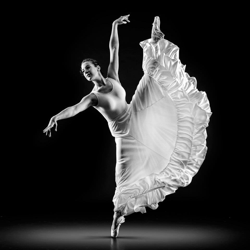 картинка балерина черно белая картинка стоит