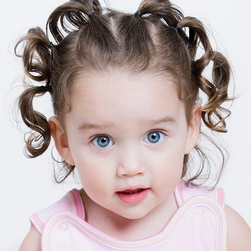 На фото девочка 5 лет с косами закрученными в два пучка.