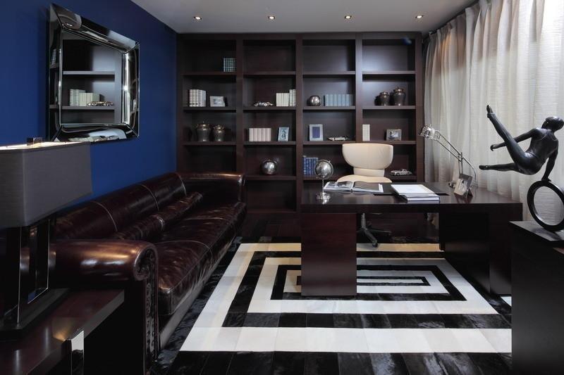 Кабинет в квартире. Шикарный кожаный диван, черный пол с ярко белой контрастной полосой, металлические аксессуары.