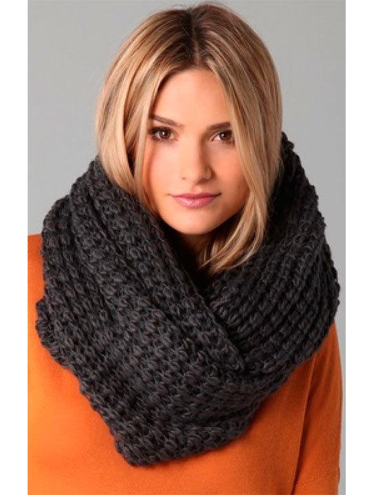 Связать женский модный шарф спицами