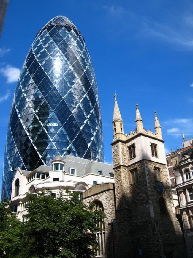 Небоскреб Gherkin building, или Огурец (Лондон, Великобритания, архитектор Норман Фостер)  .