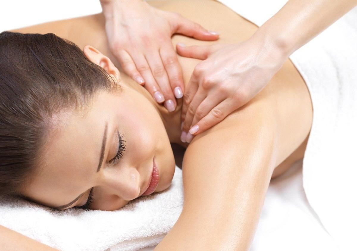 Женщины делают массаж