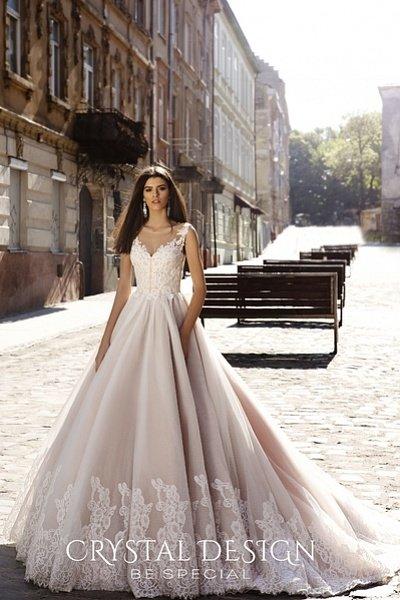 Свадебное платье на лямках с удлиненным шлейфом