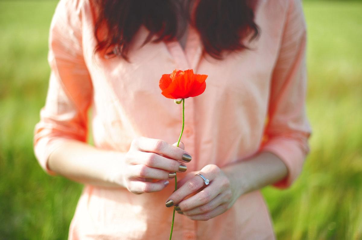 последнее фото женская рука с цветами сочетает несочетаемое
