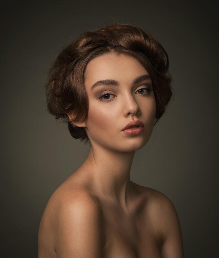 фотографии моделей в пол оборота можно найти