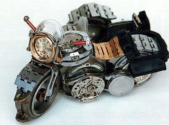 Мотоциклы сделаны их остатков старых сломанных механических часов.