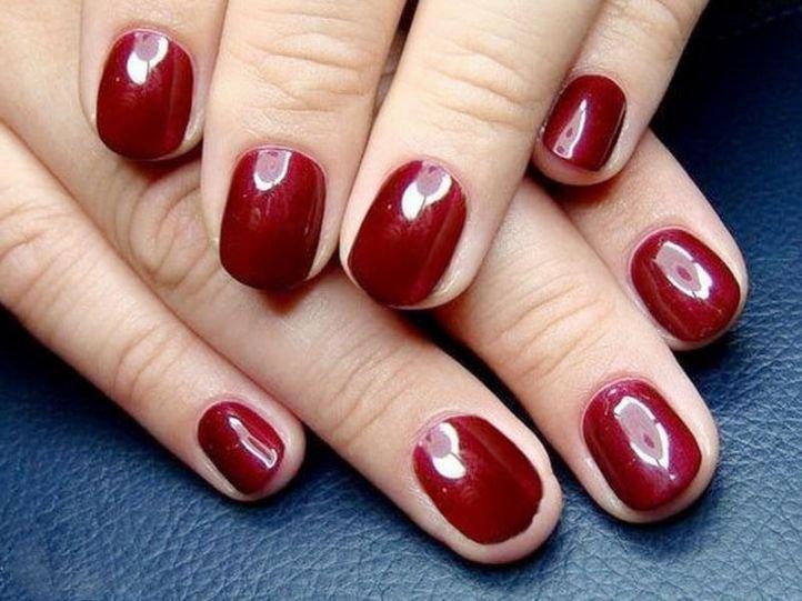 Простой маникюр - красный глянцевый маникюр на короткие ногти