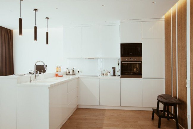 Белые кухни без ручек фото