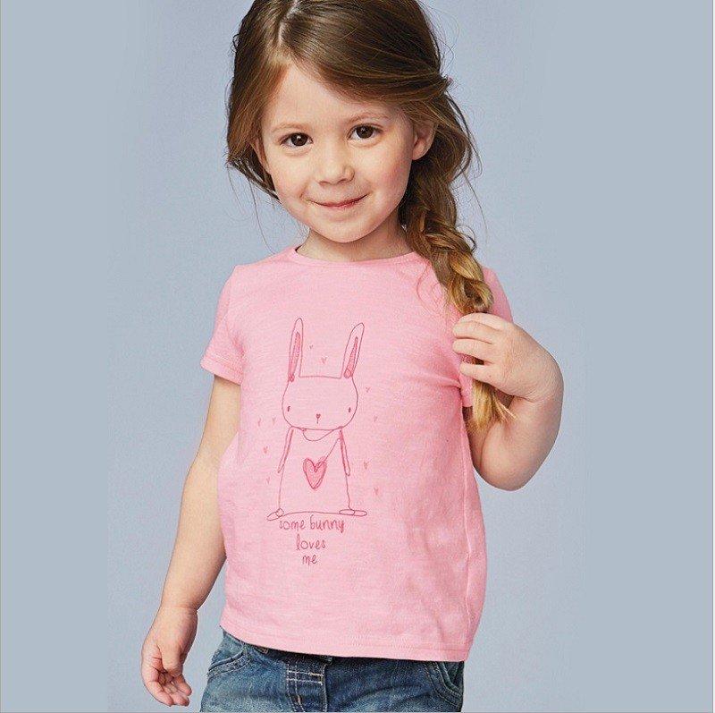 Футболка с коротким рукавом для девочки нежно- розового цвета.