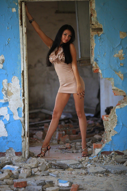 Парень сношает симпатичную девицу на развалинах замка