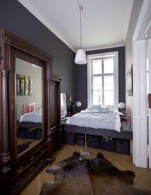Светлый пол, белые стены и потолок – вне конкуренции, теплый дымчатый оттенок и крупный тонкий рисунок для узких стен – весьма интересен.