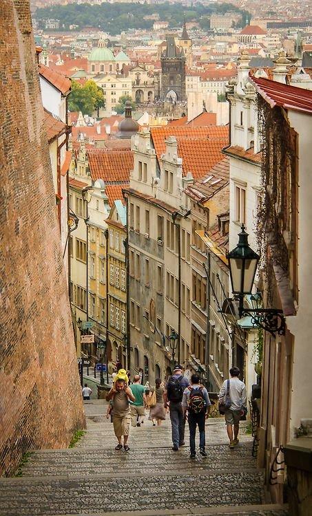 """Скачать бесплатно картинку """"Старая замковая лестница, Прага, Чехия"""" и другие изображения из рубрики """"Города и страны""""."""