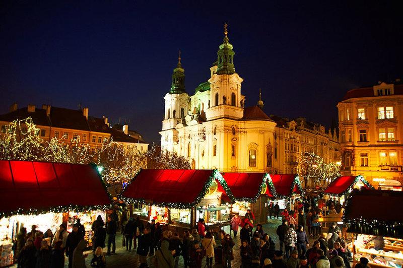Основные ярмарки проходят на Староместской и Вацлавской площадях. В центре Староместской площади наряжают большую зеленую красавицу – Рождественскую ель.